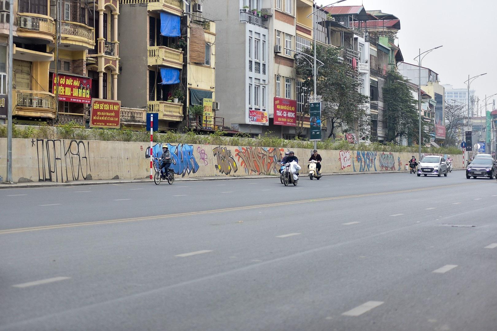 Vẽ graffiti kín tuyến đường tiền tỷ mới mở rộng ở Hà Nội - Ảnh 2.
