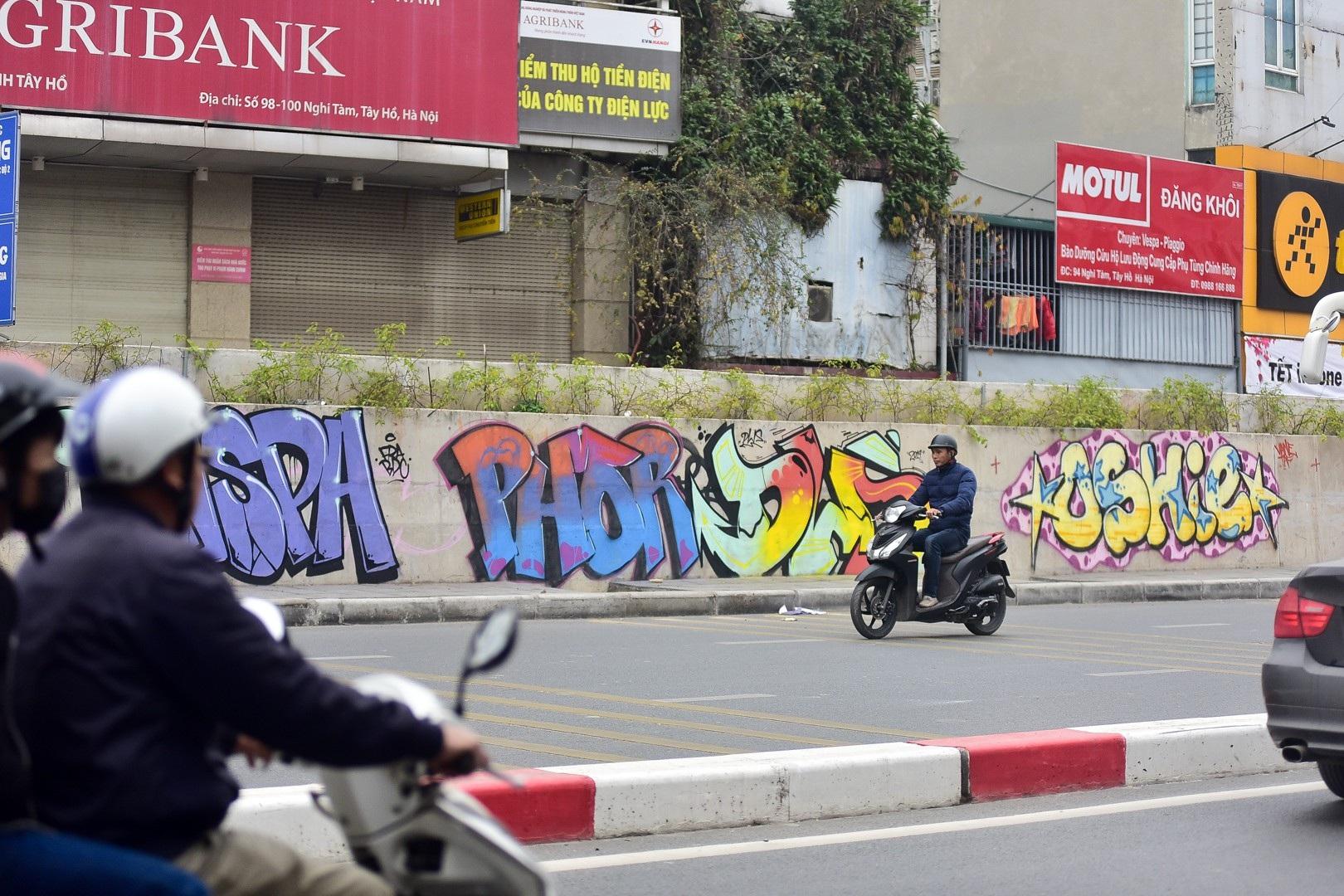Vẽ graffiti kín tuyến đường tiền tỷ mới mở rộng ở Hà Nội - Ảnh 9.