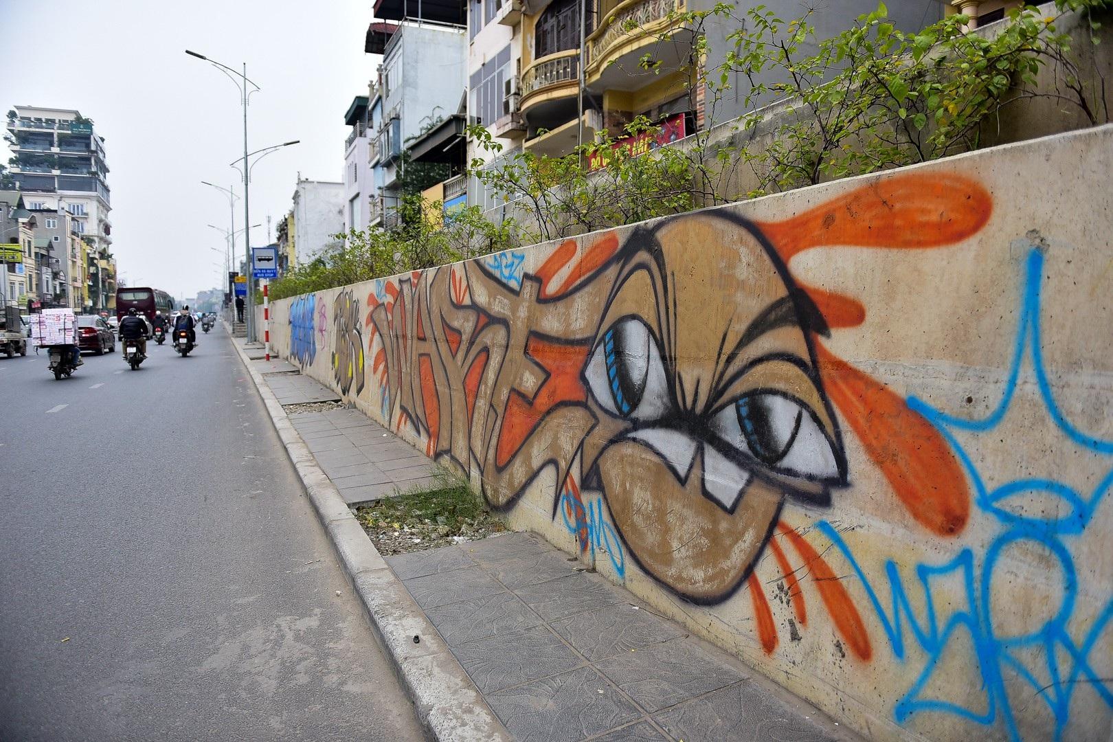 Vẽ graffiti kín tuyến đường tiền tỷ mới mở rộng ở Hà Nội - Ảnh 3.