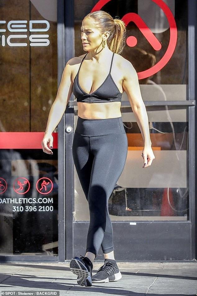Thân hình săn chắc đáng ngưỡng mộ của Jennifer Lopez - Ảnh 2.
