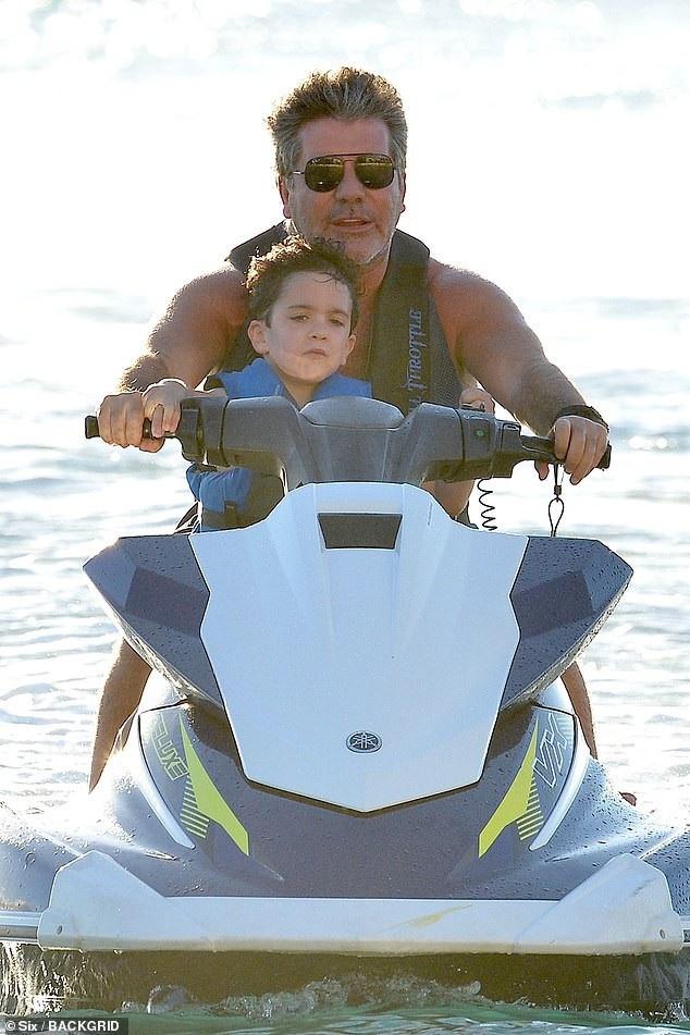 Simon Cowell vuichơi cùng con trai cưng Eric, 4 tuổi trên bãi biển Barbados ngày 1/1 vừa qua