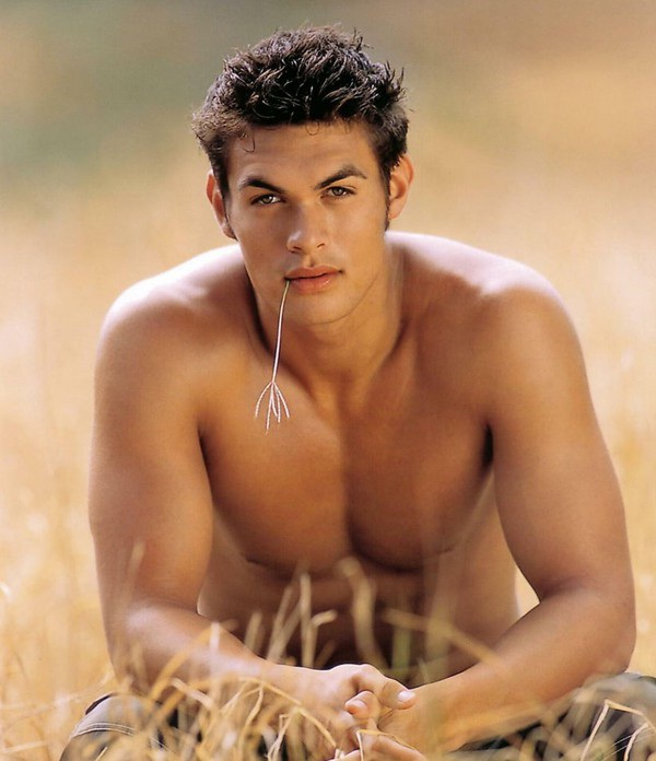 Jason sở hữu chiều cao ấn tượng 193cm cùng vẻ đẹp nam tính, thô ráp và hoang dã.