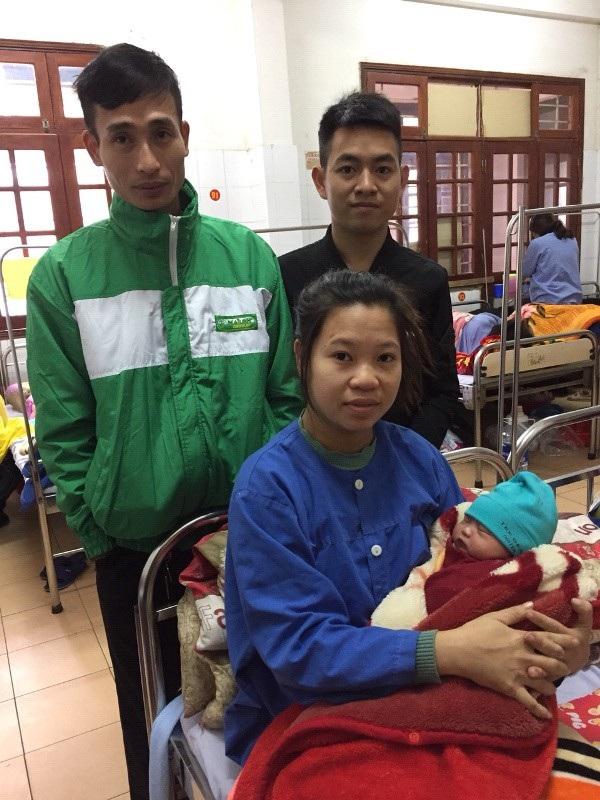 Tài xế Lại Trung Hải và sản phụ Bùi Thị Xuân hạnh phúc bên em bé vừa chào đời an toàn.