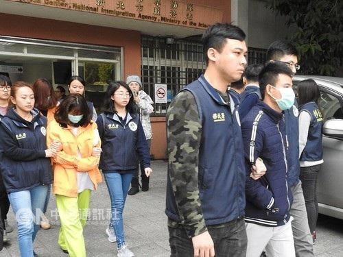 Giới chức Đài Loan áp giải các du khách Việt mất tích được tìm thấy (Ảnh Central News)