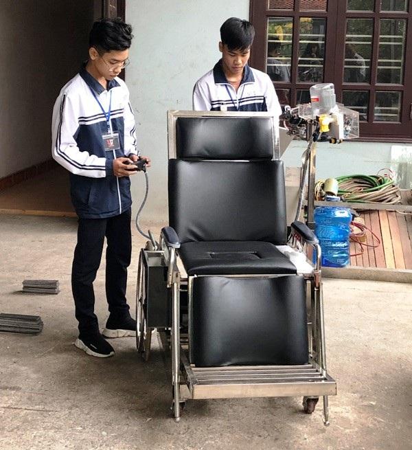"""Học sinh sáng chế """"giường hỗ trợ người mất khả năng vận động tay chân"""" - Ảnh 1."""