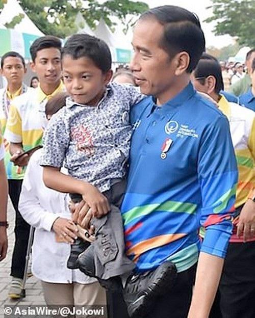 Cậu bé đã có vinh dự được gặp Tổng thống Indonesia Joko Widodo nhân ngày Quốc tế Người Khuyết tật 3/12.