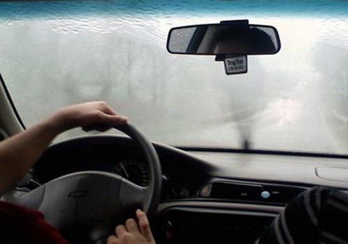 Thời tiết lạnh hoặc mưa ẩm làm kính mờ, gây ảnh hưởng đến tầm nhìn của lái xe