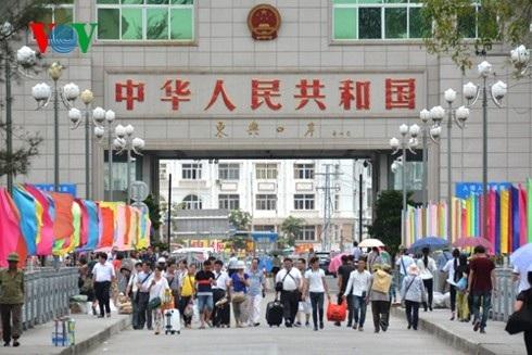 Khách du lịch Trung Quốc tới Việt Nam qua cửa khẩu Móng Cái , Quảng Ninh.