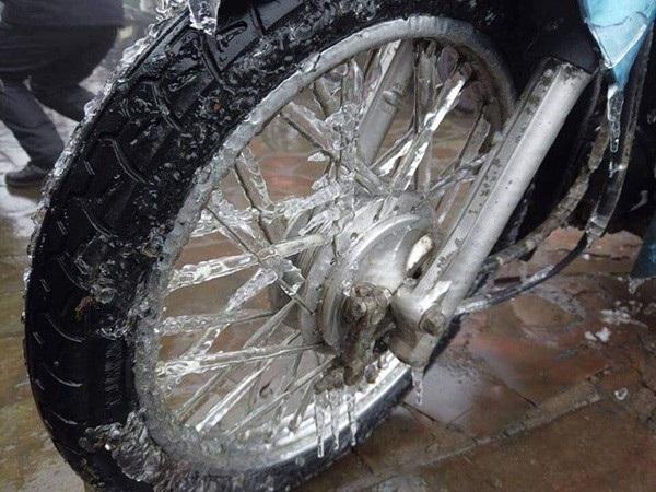 ... xe máy bằng băng tuyết.