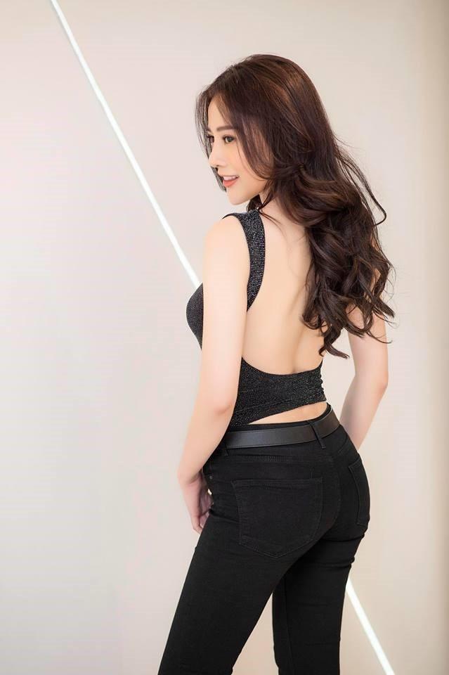 Việc dao kéo cũng khiến Phương Oanh gặp phải một số tình huống hài hước. Cụ thể, một bạn diễn khi vô tình nhìn thấy cô đã không thể nhận ra và còn bông đùa: Em giống Quỳnh búp bê nhưng xinh hơn nhiều.