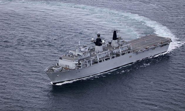Trung Quốc từng nóng mặt khi tàu HMS Albion của Anh đi qua Biển Đông hồi tháng 8. (Ảnh: Royal Navy)