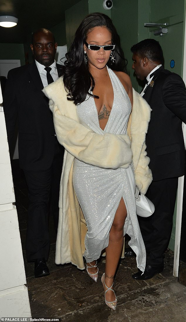 Rihanna và Kylie Jenner khoe dáng gợi cảm với váy trắng - Ảnh 2.
