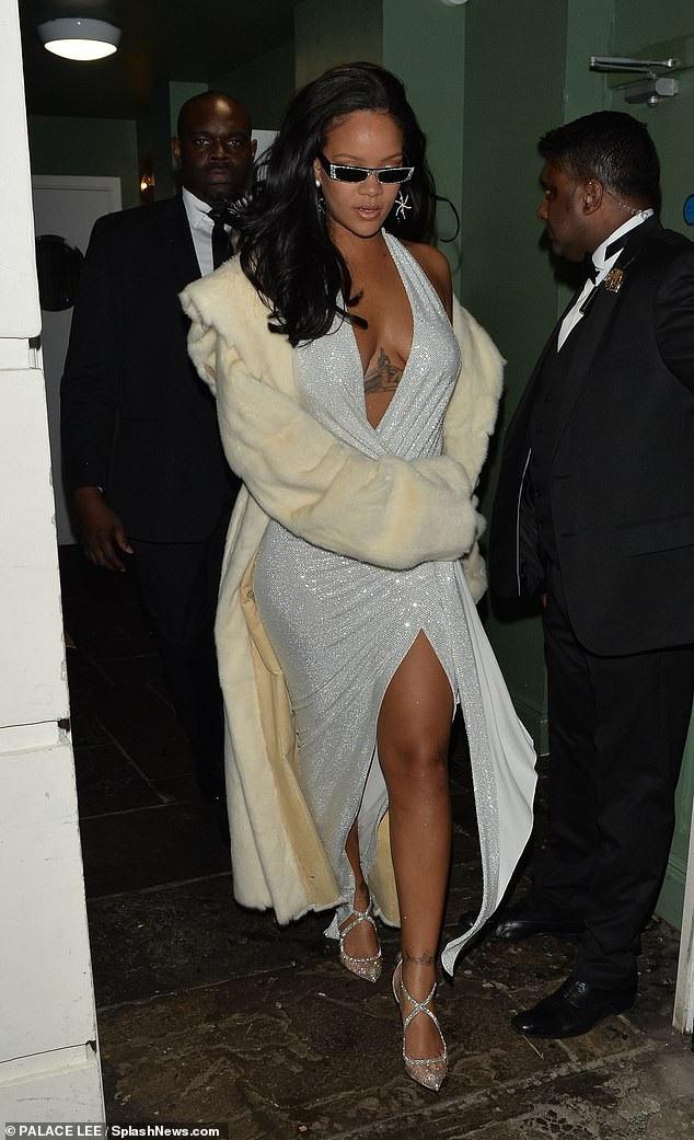 Rihanna và Kylie Jenner khoe dáng gợi cảm với váy trắng - Ảnh 3.