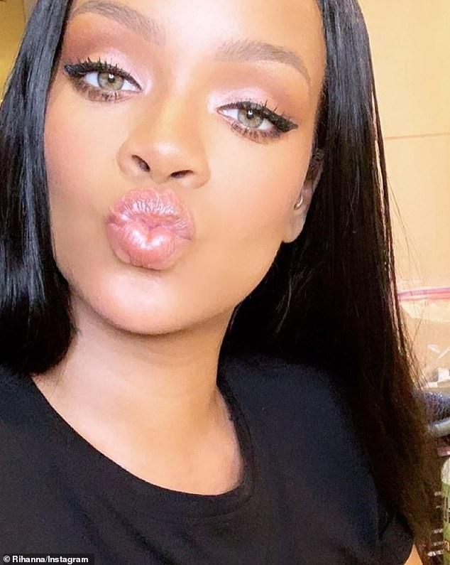 Rihanna và Kylie Jenner khoe dáng gợi cảm với váy trắng - Ảnh 4.