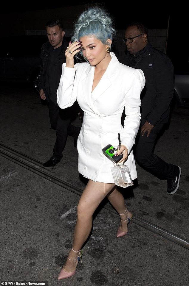 Rihanna và Kylie Jenner khoe dáng gợi cảm với váy trắng - Ảnh 5.