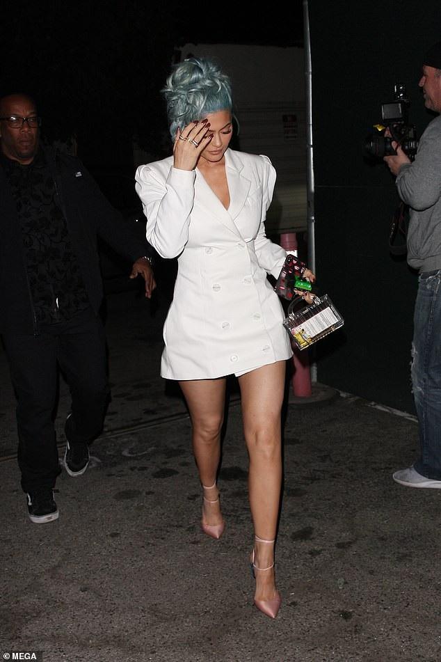 Rihanna và Kylie Jenner khoe dáng gợi cảm với váy trắng - Ảnh 6.