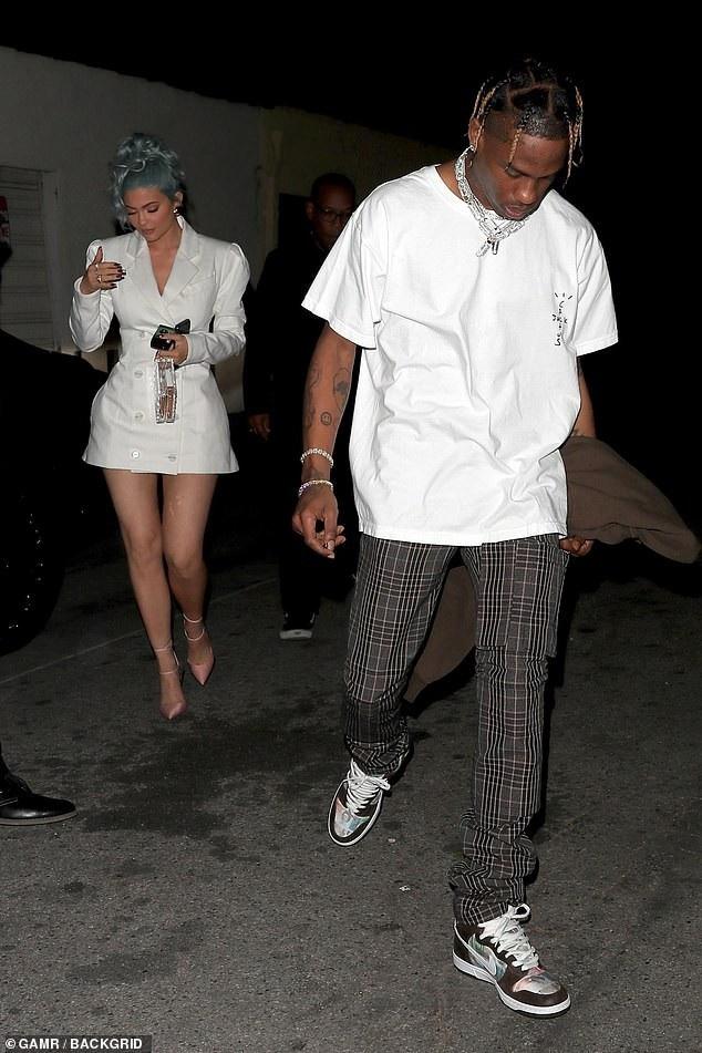 Rihanna và Kylie Jenner khoe dáng gợi cảm với váy trắng - Ảnh 7.