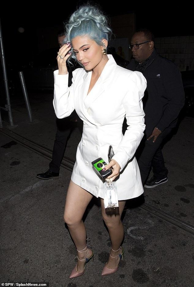 Rihanna và Kylie Jenner khoe dáng gợi cảm với váy trắng - Ảnh 8.