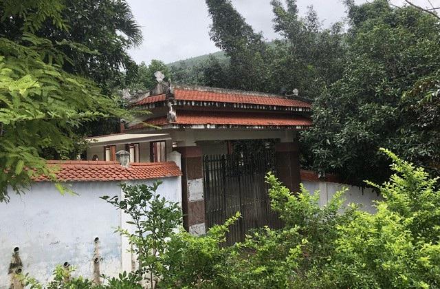 Theo ông Đàm Quang Hưng - Chủ tịch UBND quận Liên Chiểu, phần cổng và tường rào bê tông bao lâu nay vẫn vây kín khu đất, bảo vệ tài sản bên trong