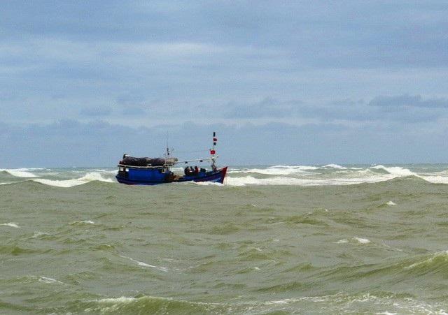 10 ngư dân Bình Định bị sóng lớn đánh chìm trên biển may mắn được tàu bạn kịp thời cứu vớt đưa lên tàu an toàn (ảnh minh họa).
