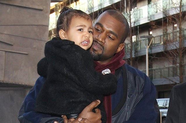 Cả Kim và Kanye đều ở trong phòng sinh khi Chicago chào đời và Kim là người đầu tiên có da tiếp xúc với da với con gái của mình