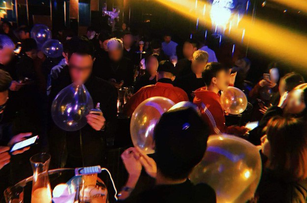 Các bạn trẻ lên bar thản nhiên sử dụng bóng cười và shisa như một thức chơi sành điệu.