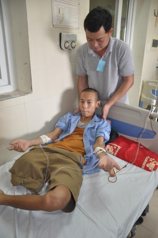 Trong những đợt điều trị của mình, nếu không có ai đi chăm thì mọi sinh hoạt Phát đều nhờ những người nhà bệnh nhân bên cạnh giúp đỡ.