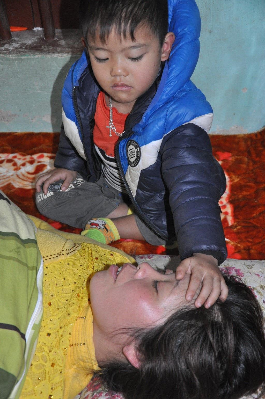 Xót lòng cảnh 3 đứa trẻ phải nghỉ học, khóc ngất bên nấm mồ của mẹ - Ảnh 1.