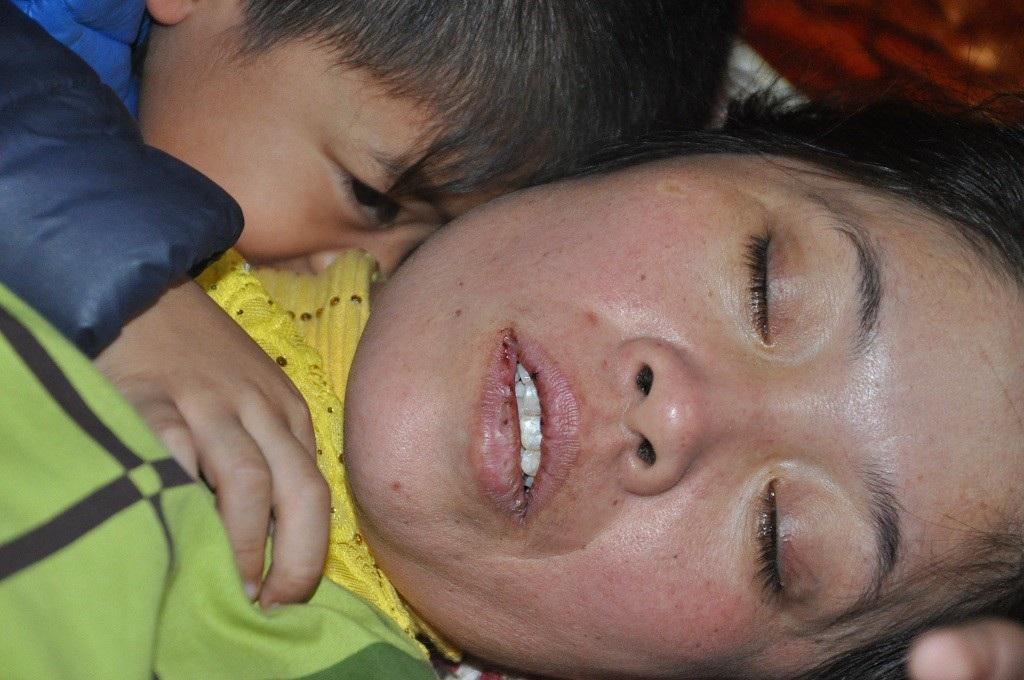 Xót lòng cảnh 3 đứa trẻ phải nghỉ học, khóc ngất bên nấm mồ của mẹ - Ảnh 3.