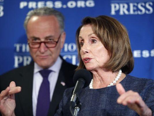 Hai nghị sĩ hàng đầu của đảng Dân chủ Nancy Pelosi (phải) và Charles Schumer. (Ảnh: AP)