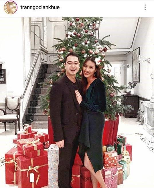 Vào dịp lễ Giáng sinh, Lan Khuê khoe vóc dáng mảnh mai nhưng vòng hai lại có chút lùm xùm trong chiếc đầm xanh Noel, có fan đã bình luận hỏi cô về tin đồn bầu bí nhưng cô im lặng.