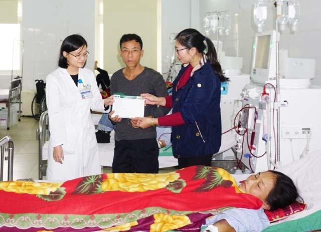 PV Dân trí và đại diện Khoa Nội thận - Bệnh viện Hữu nghị đa khoa Nghệ An trao số tiền hơn 68 triệu đồng bạn đọc ủng hộ chị Nguyễn Thị Châu.