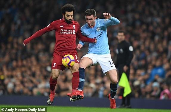 Salah (trái) bị các cầu thủ Man City chăm sóc kỹ lưỡng