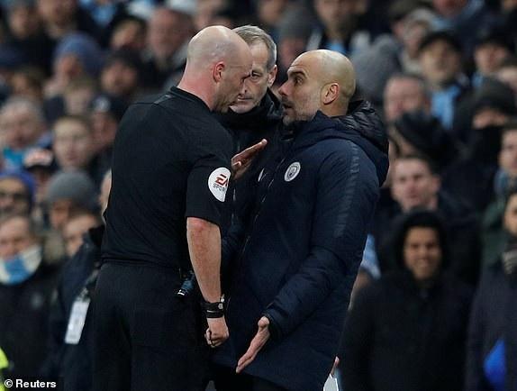 Guardiola bị trọng tài chính nhắc nhở do phản ứng thái quá bên ngoài đường biên ở tình huống Salah suýt gỡ hòa cho Liverpool