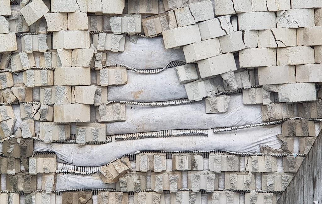 Sở Xây dựng Khánh Hòa nói gì sau khi nhiều mảng tường rơi rụng xuống nhà dân? - Ảnh 2.