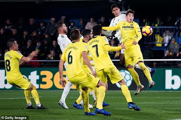 Varane nâng tỷ số lên 2-1 cho Real Madris sau tình huống đánh đầu