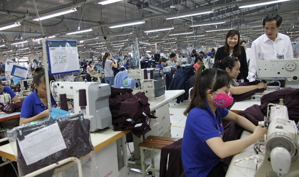 Công nhân tại Quảng Trị làm việc trong xưởng may. Ảnh: H.T.