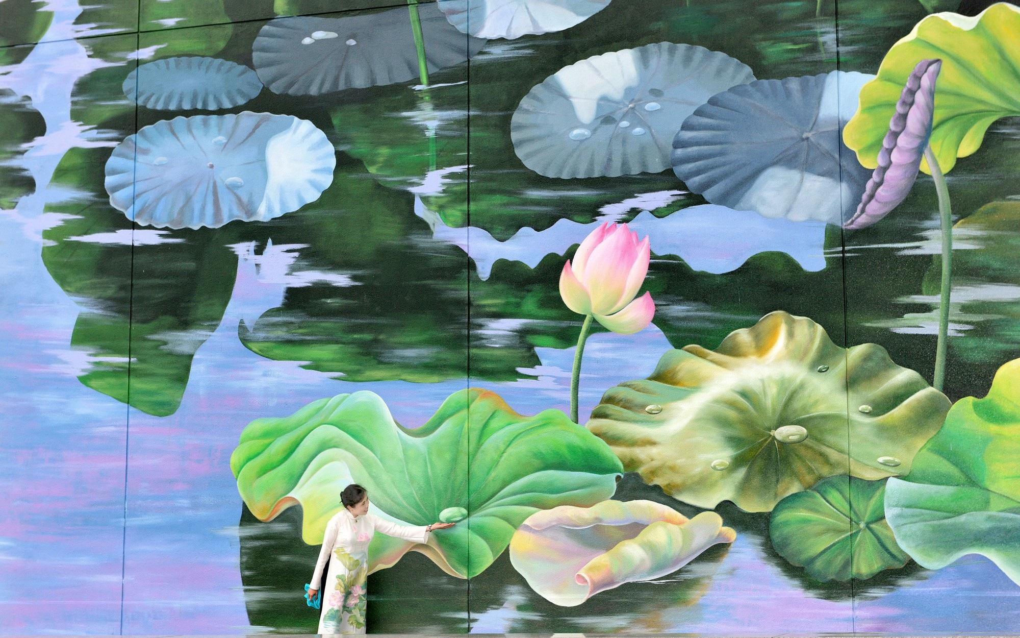 Ngỡ ngàng trước hai bức tranh hoa sen khổng lồ tại sân bay Nội Bài - Ảnh 5.