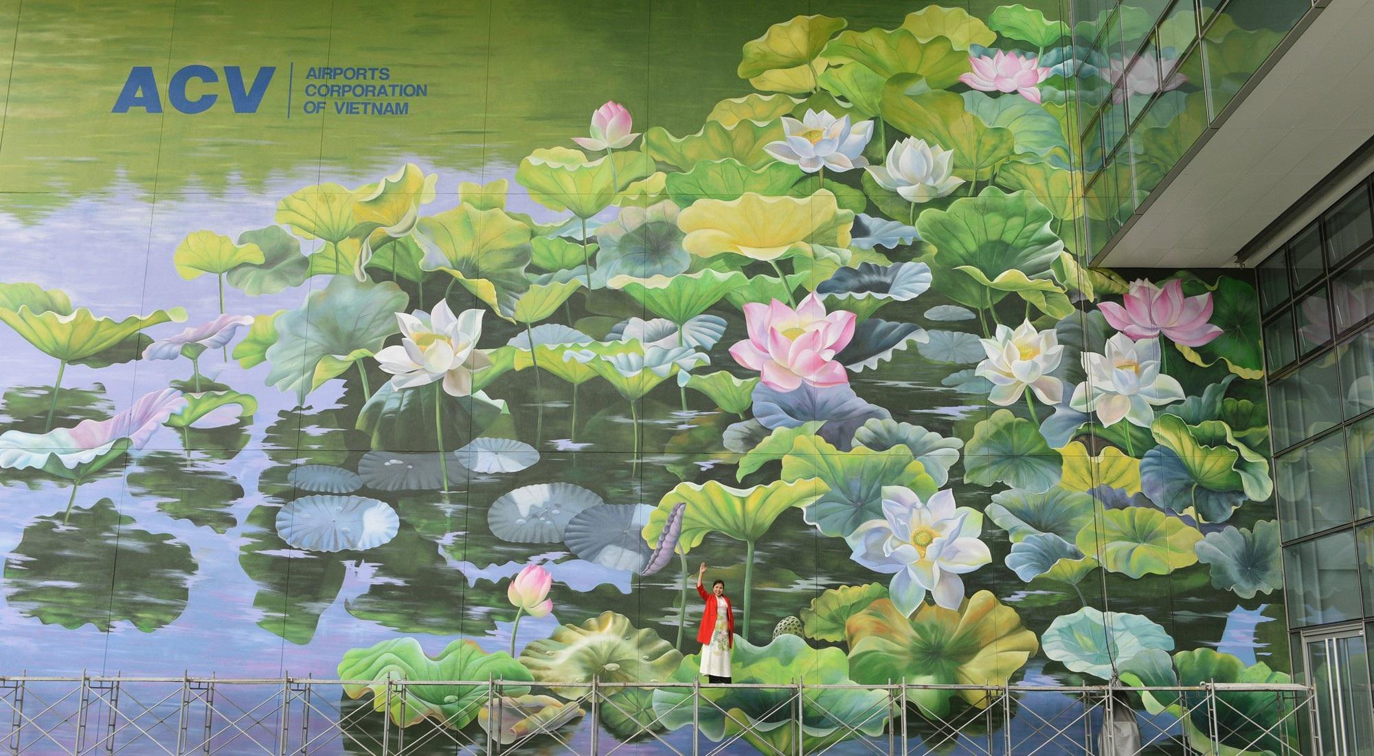Ngỡ ngàng trước hai bức tranh hoa sen khổng lồ tại sân bay Nội Bài - Ảnh 4.