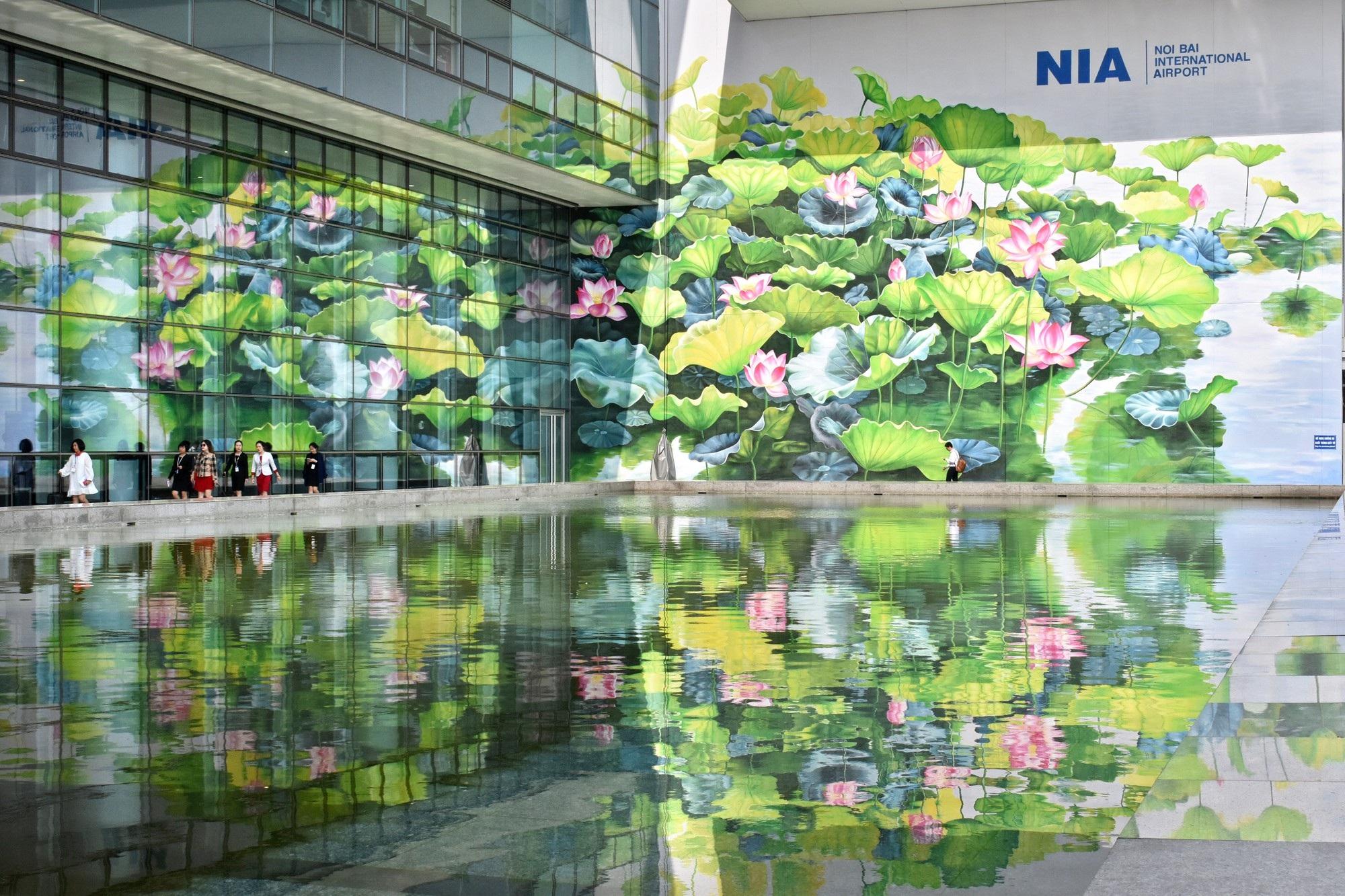 Ngỡ ngàng trước hai bức tranh hoa sen khổng lồ tại sân bay Nội Bài - Ảnh 3.