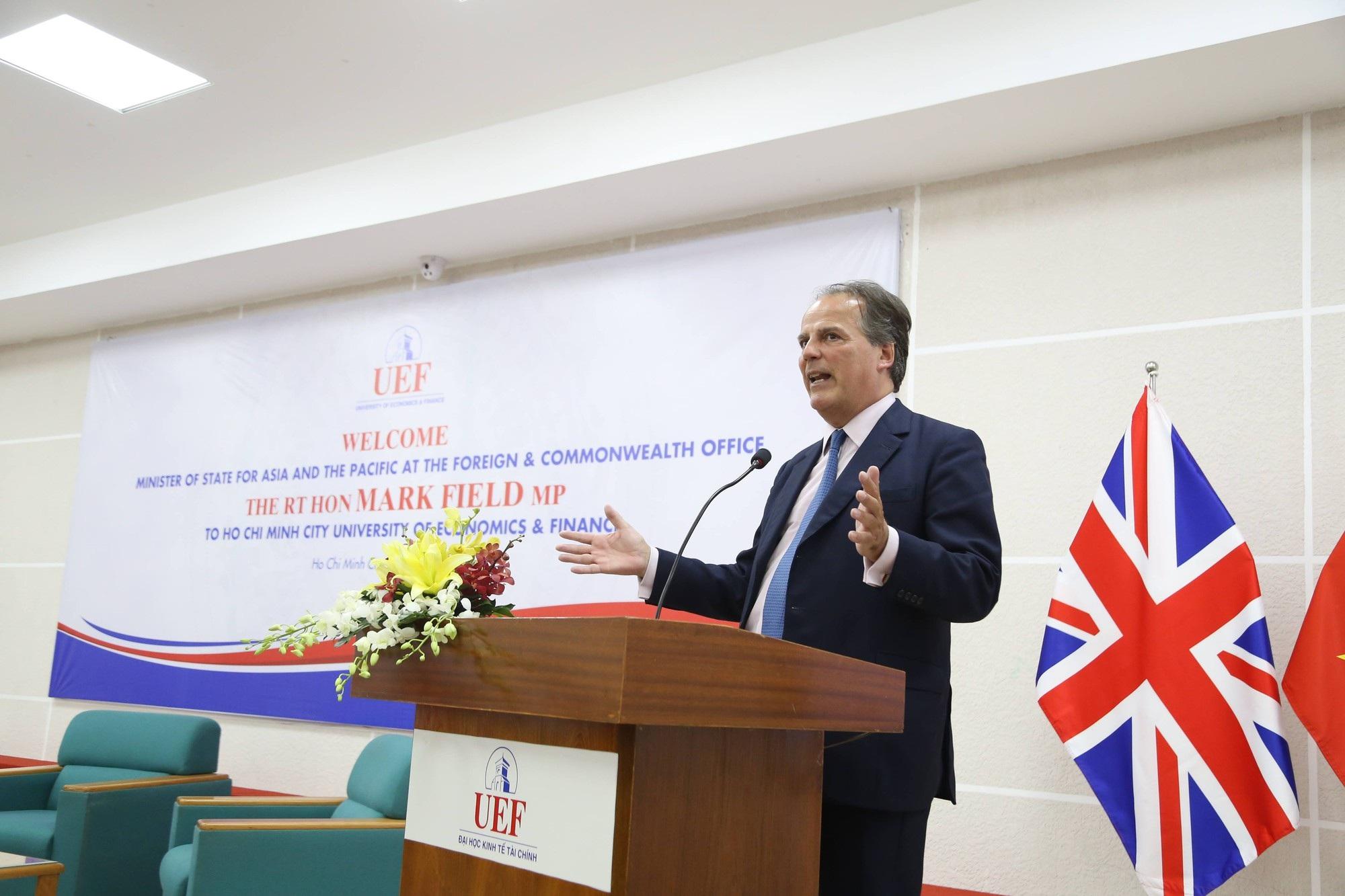 Bộ trưởng Nhà nước vương quốc Anh khuyên sinh viên Việt không nên chỉ học ở sách vở - Ảnh 1.