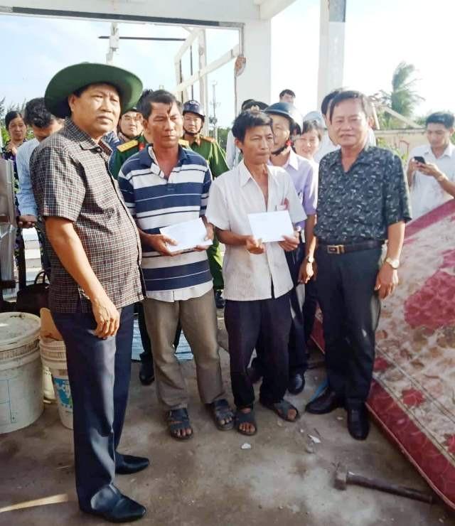 Lãnh đạo UBND tỉnh Bạc Liêu, Sở Lao động xuống hiện trường hỗ trợ người dân. (Ảnh: CTV)