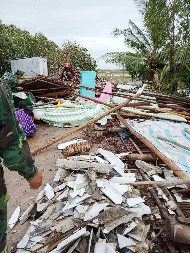 Cảnh tan hoang ở vùng ven biển Bạc Liêu sau lốc xoáy, mưa lớn - 6