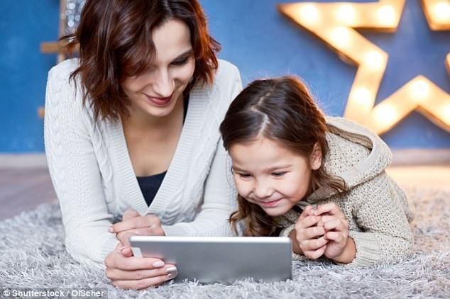 Cha mẹ không chỉ theo dõi, giám sát mà hãy làm bạn khi cùng con chơi các thiết bị điện tử. (Ảnh: Minh họa).