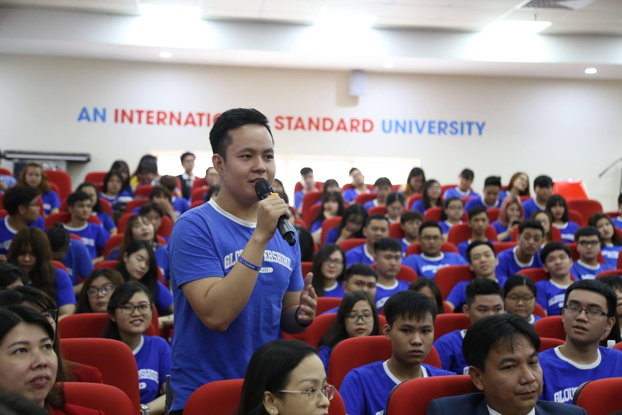 Bộ trưởng Nhà nước vương quốc Anh khuyên sinh viên Việt không nên chỉ học ở sách vở - Ảnh 2.