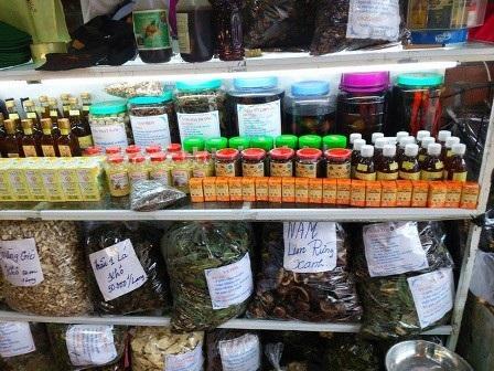 Nhiều loại dược liệu, thuốc nam, thuốc bắc được bày bán ở một số chợ vùng biên.(Ảnh: Hà An)