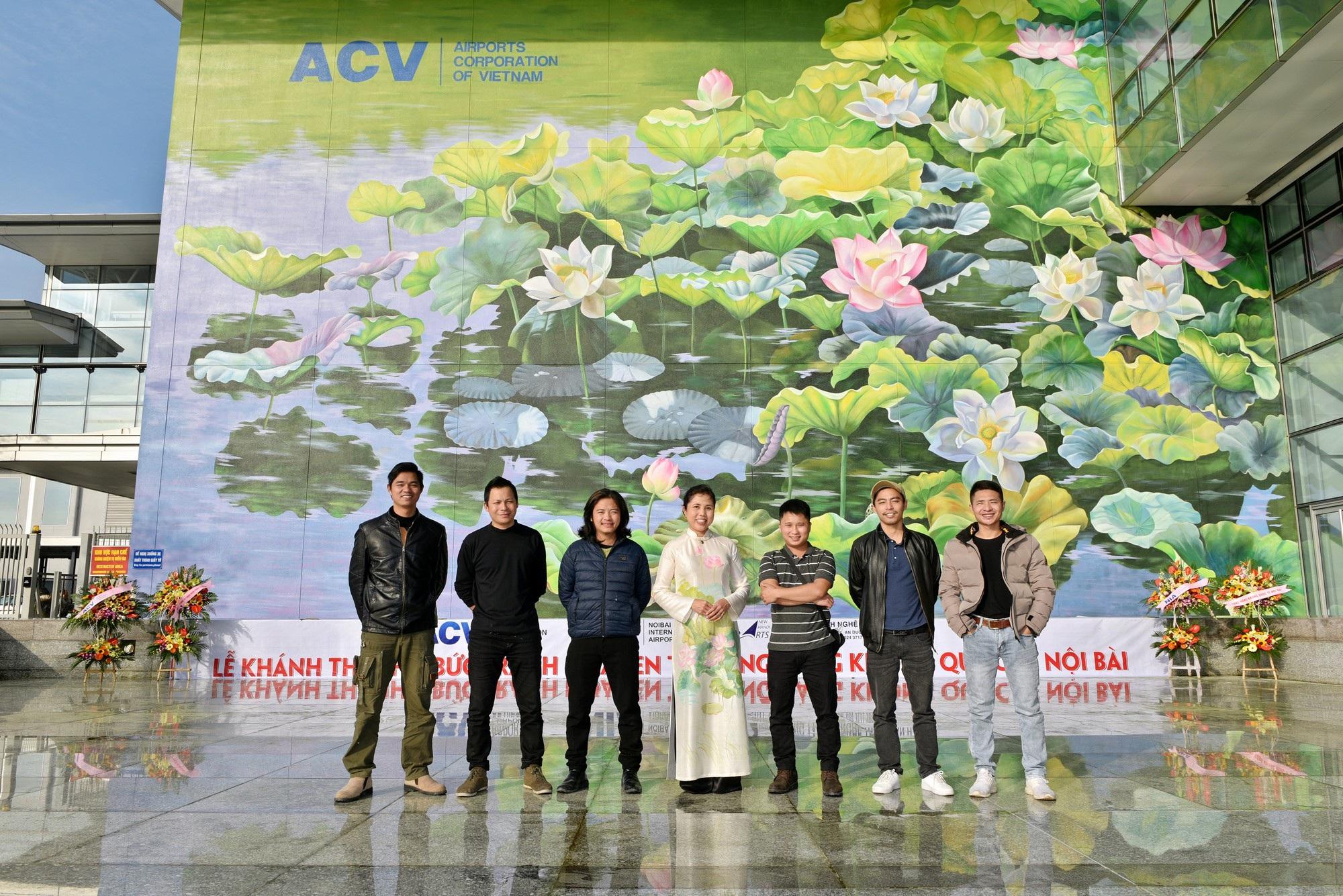Ngỡ ngàng trước hai bức tranh hoa sen khổng lồ tại sân bay Nội Bài - Ảnh 6.