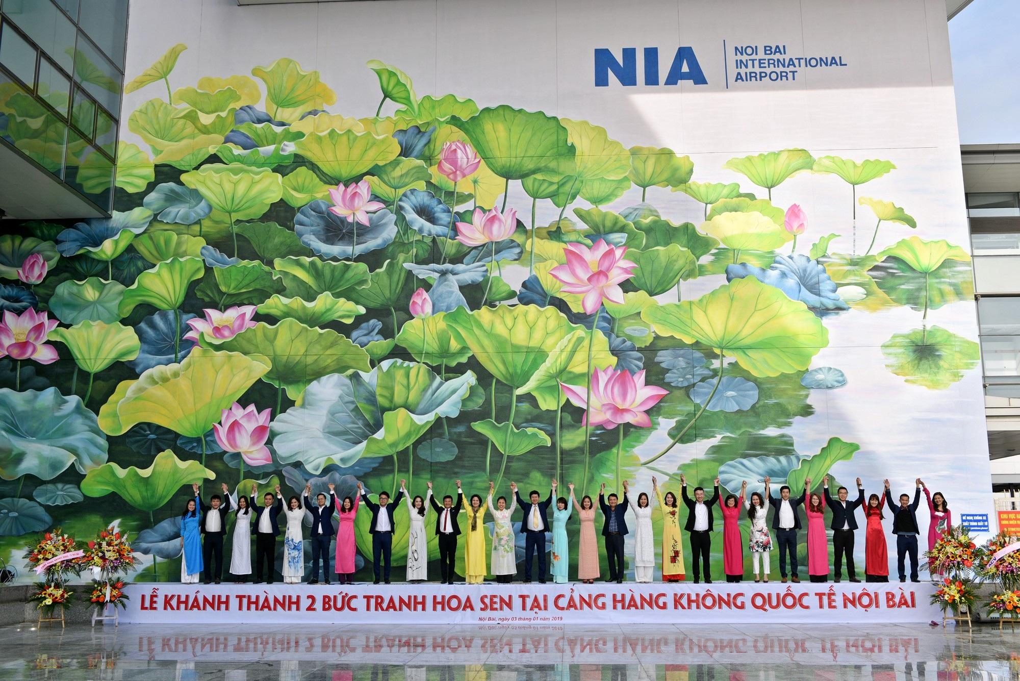 Ngỡ ngàng trước hai bức tranh hoa sen khổng lồ tại sân bay Nội Bài - Ảnh 7.