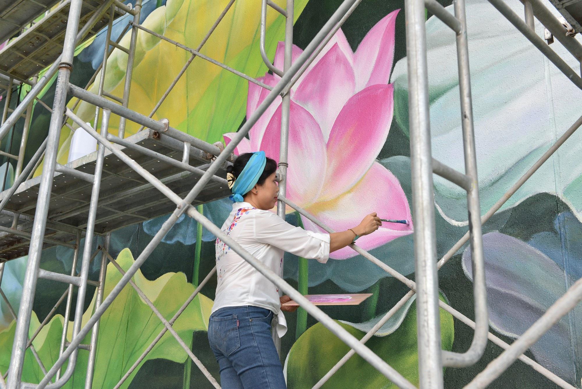 Ngỡ ngàng trước hai bức tranh hoa sen khổng lồ tại sân bay Nội Bài - Ảnh 1.