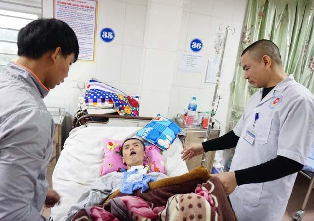 Bác sĩ Nguyễn Đình Quý thăm khám, kiểm tra tình trạng và khả năng phục hồi của bệnh nhân Thiện.